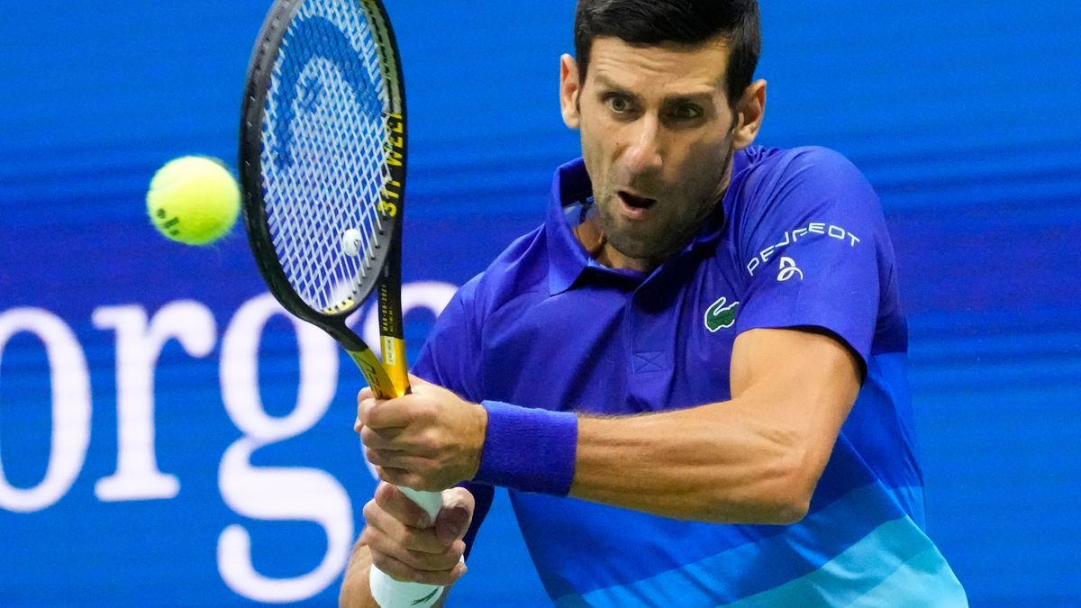 Djokovic devuelve un golpe de su rival durante el partido.