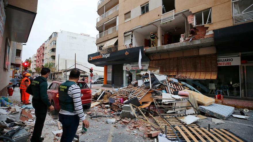 Una explosión destroza la fachada de un edificio de la calle Diego Ramírez de Torrevieja