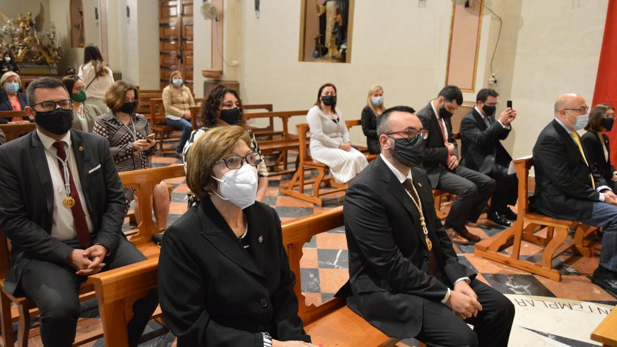 Parte de la corporación municipal, liderada por el alcalde José Benlloch, asistieron al oficio religioso en la capilla del Cristo del Hospital.