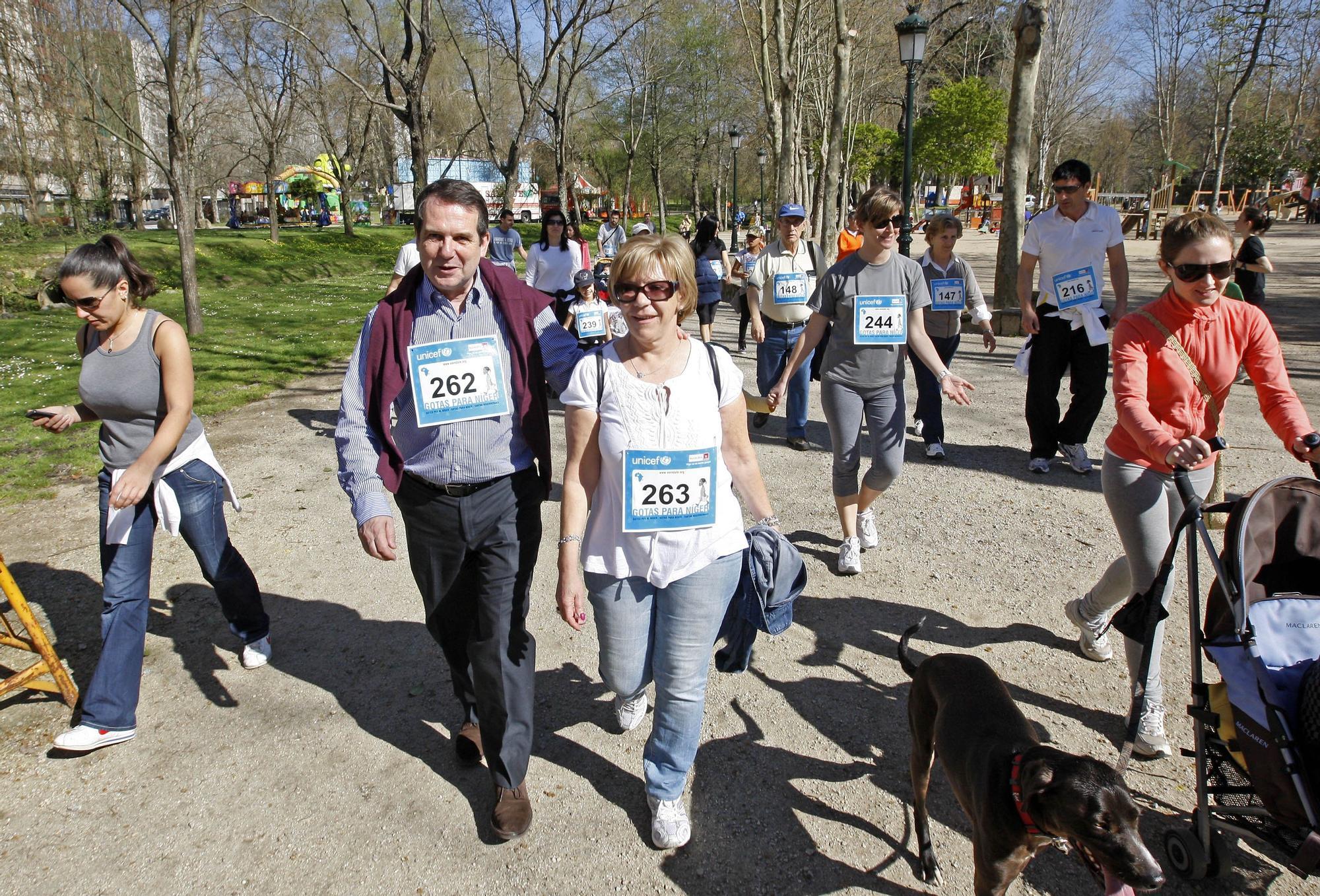 Abelairas con el alcalde de Vigo, Abel Caballero, en una marcha solidaria de UNICEF en 2011. Marta G. Brea.jpg
