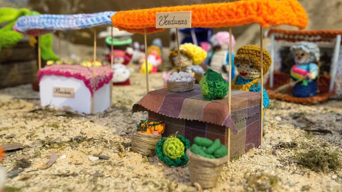 La Casa de Amparo muestra un belén de ganchillo confeccionado por una residente