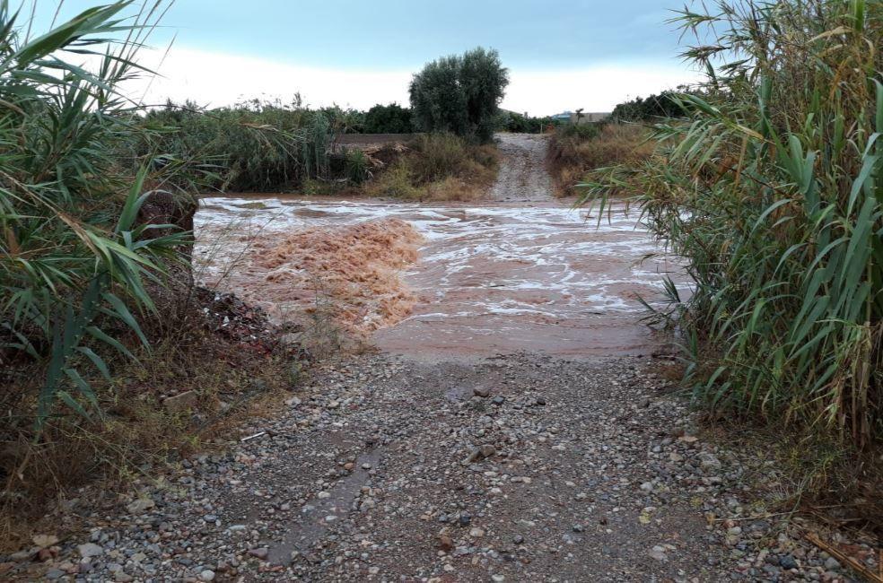 La tormenta entre Peñíscola y Benicarló atrapa 6 vehículos y daña una playa