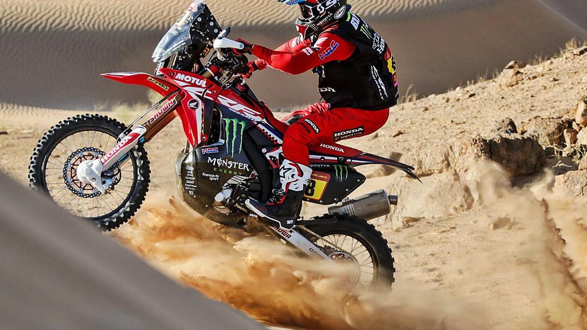 Joan Barreda remonta una duna, en el transcurso de la etapa de ayer. | CRISTIANO BARNI