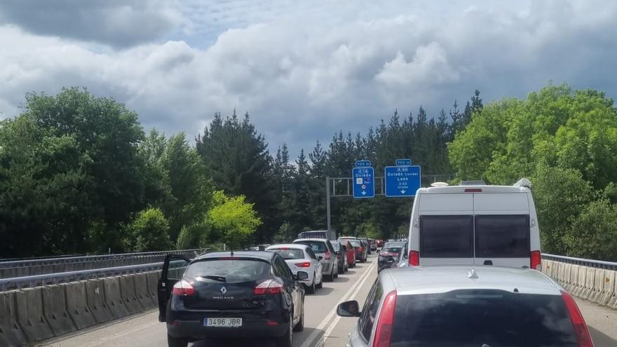 Un accidente genera un atasco kilométrico a la entrada de Oviedo