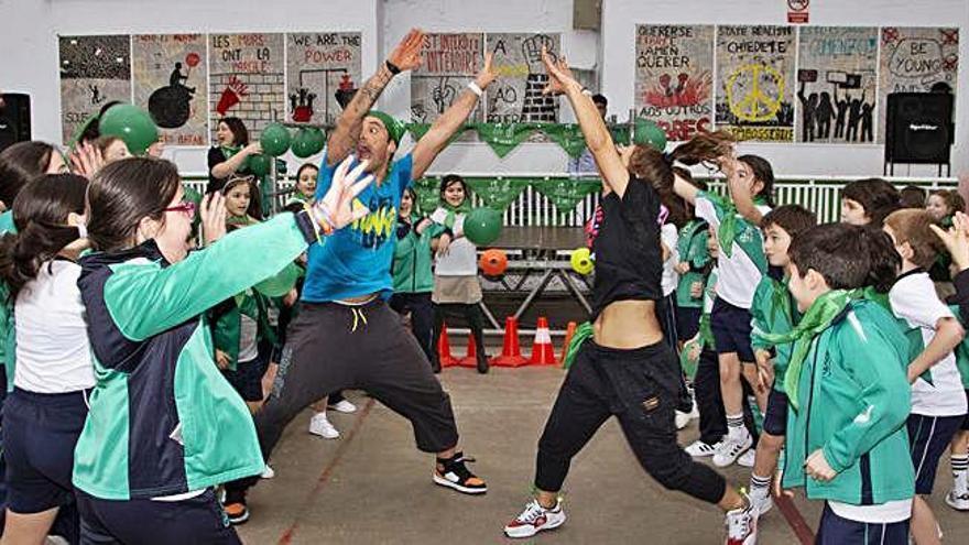 Los alumnos del Dominicos bailan zumba en apoyo a niños enfermos de cáncer