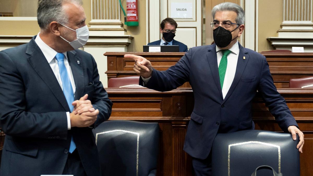 Torres junto a Román Rodríguez en el Parlamento de Canarias.