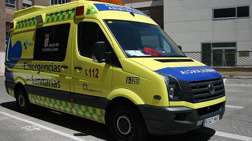 Los bomberos rescatan a un hombre herido en un accidente en Corrales