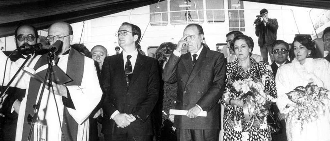 """Arriba, Sousa y Fernández Albor (ambos en el centro) durante la """"bendición"""" del barco. A la derecha, el """"Sil"""". // Archivo Histórico Fernández Albor/ Gonzalo Núñez"""