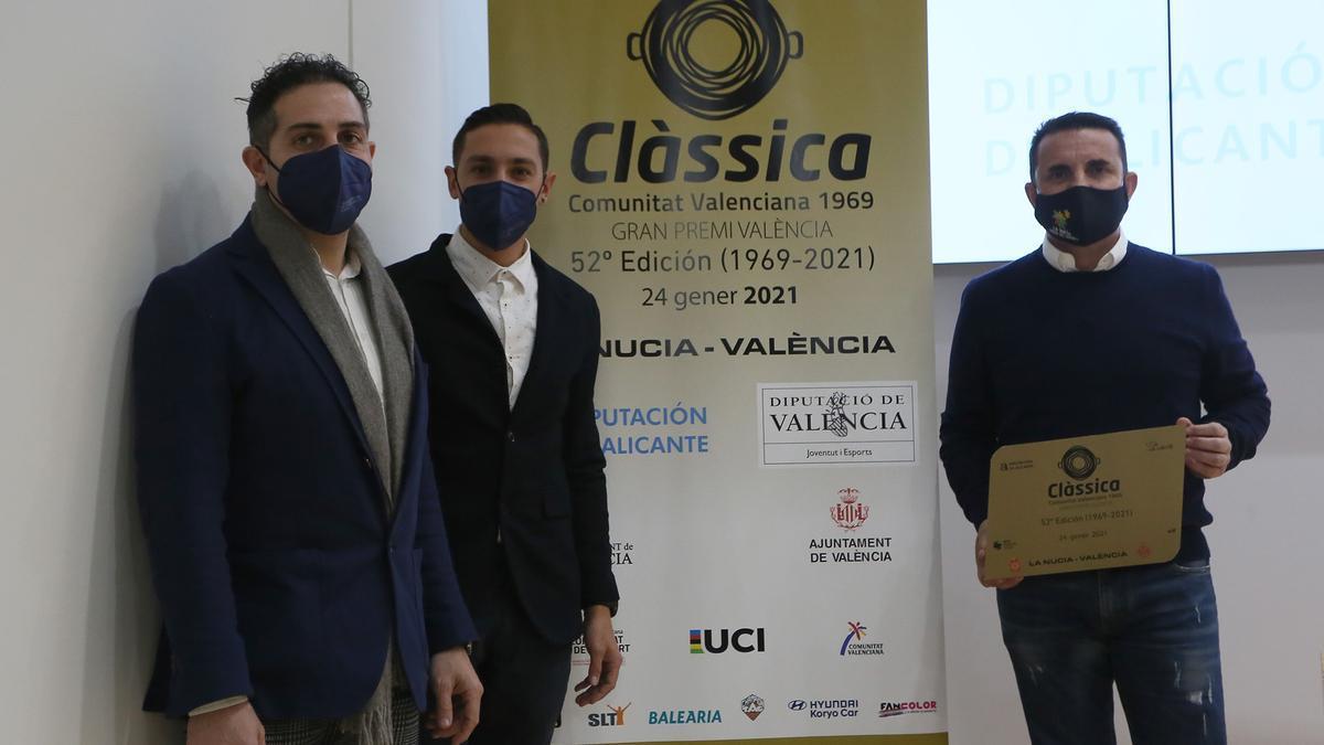 El diputado de Deportes Bernabé Cano, a la derecha, durante la presentación este martes de la Clàssica