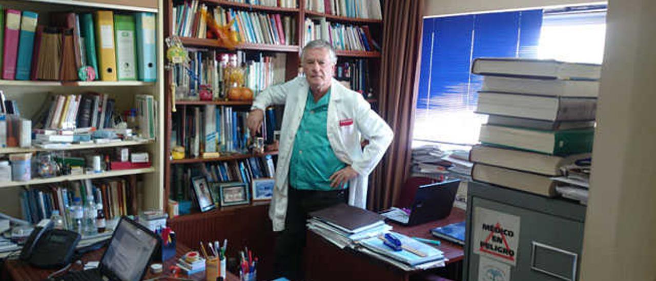 Eduardo Navarro, en su despacho de la Universidad de La Laguna, en Tenerife.
