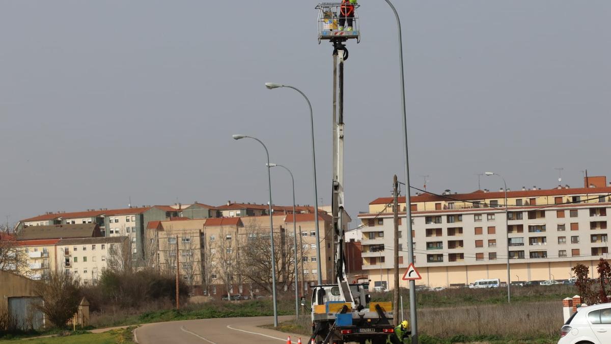 Renovación de luminarias en las calles de la ciudad.