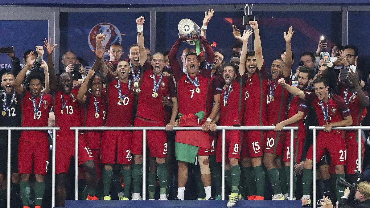 Los jugadores de Portugal celebran la Eurocopa 2012.