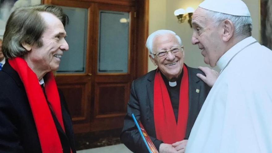 Raphael, devoto cantante con el Papa en Roma