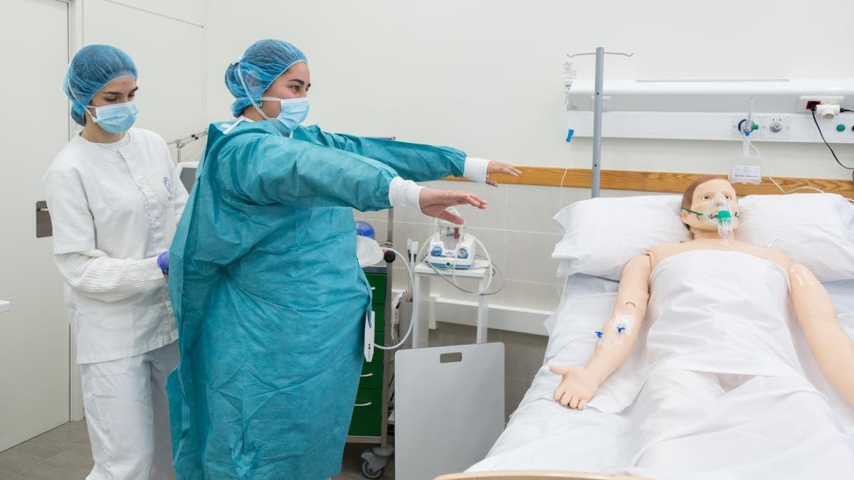 Alumnas de Enfermería de la UCAM, realizando sus prácticas