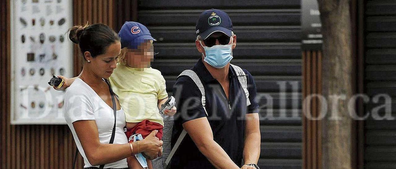 La ganadora de un Roland Garros y el exfutbolista alemán con su hijo de paseo por la isla.
