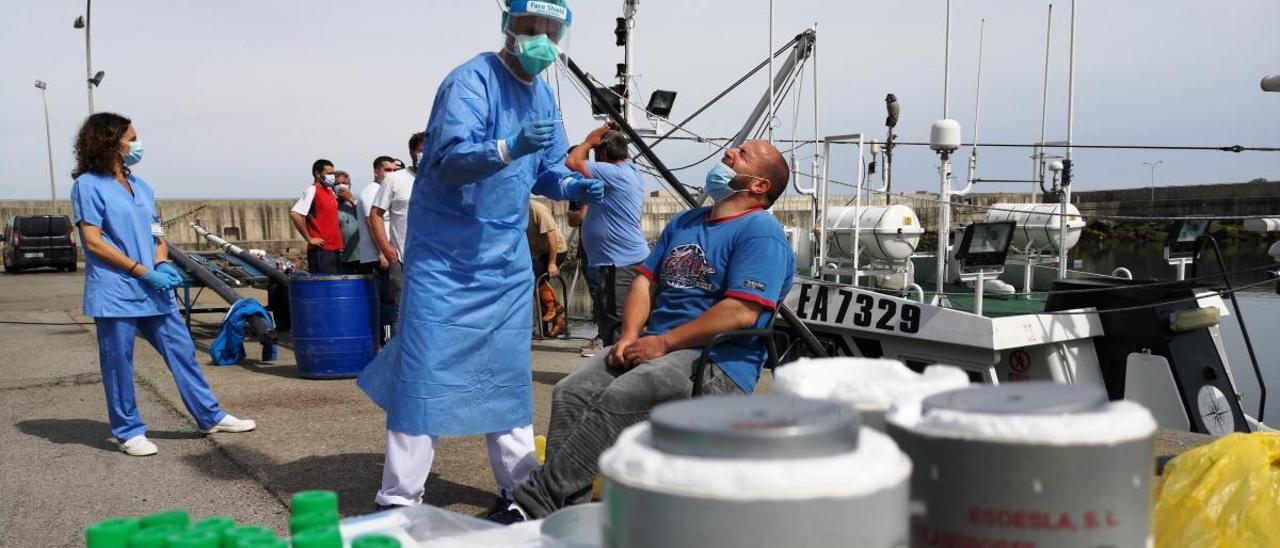 Un pescador, sometiéndose a la prueba de coronavirus, ayer en el muelle de Cudillero.