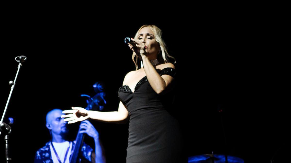 Sara Zamora en un momento de su concierto en el 'Jazz San Javier'.   LOYOLA PÉREZ DE VILLEGAS