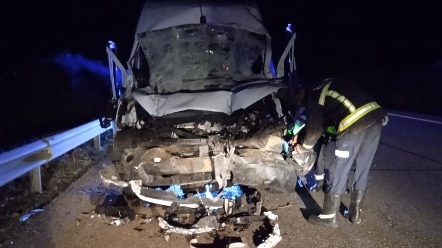Herido un hombre de 59 años al chocar su furgoneta contra un camión en San Esteban del Molar