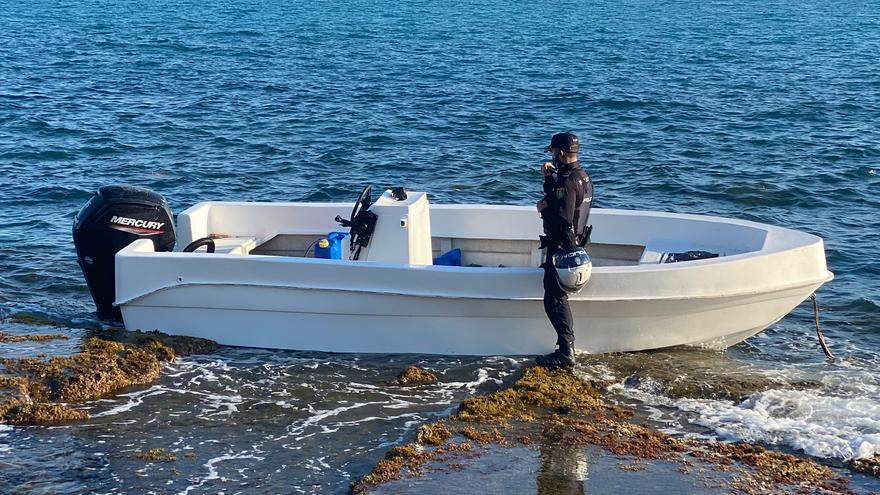 Interceptan a 13 inmigrantes tras llegar en una patera al Cabo de las Huertas