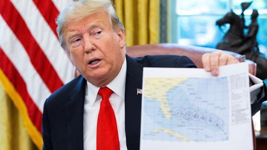 Trump muestra un mapa manipulado de la trayectoria del huracán Dorian