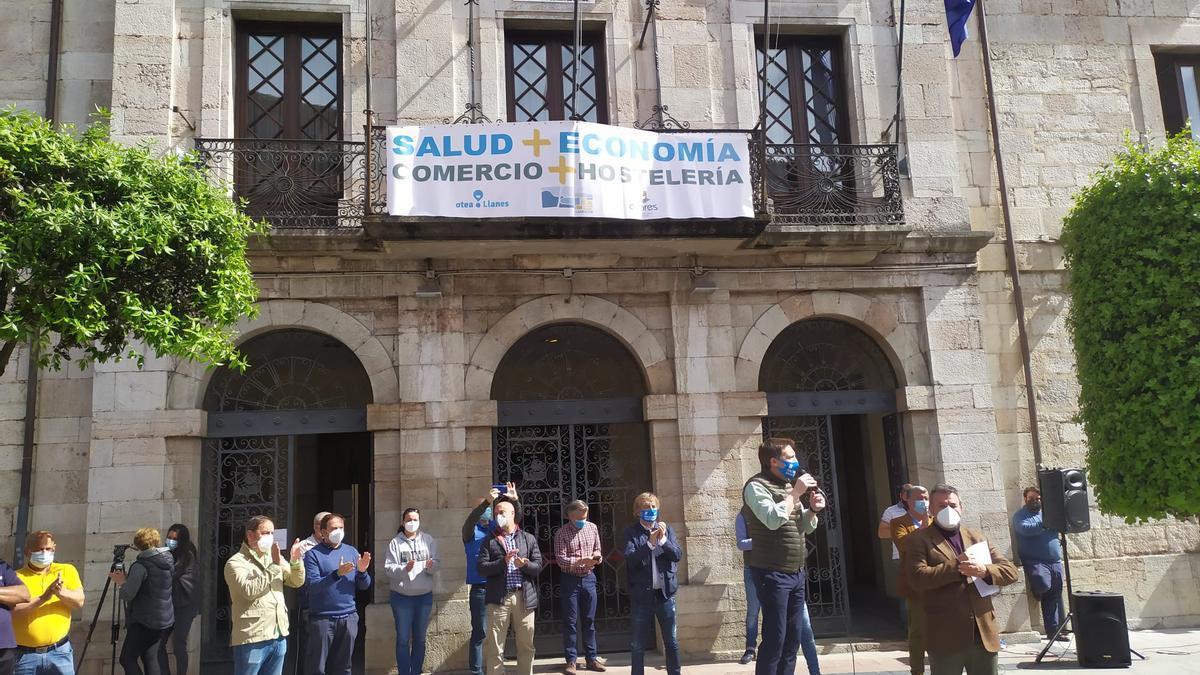 Protesta de ayer en Llanes, piendo medidas de normalidad para el municipio.