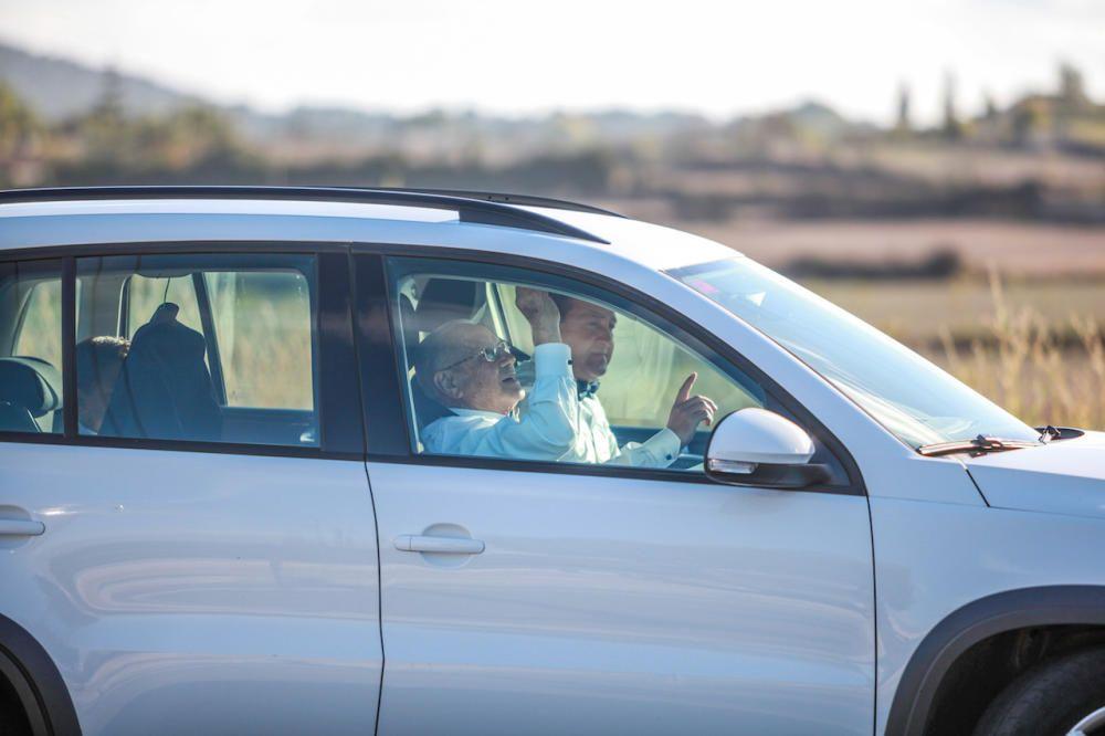 Dos invitados dirigiéndose a la boda.