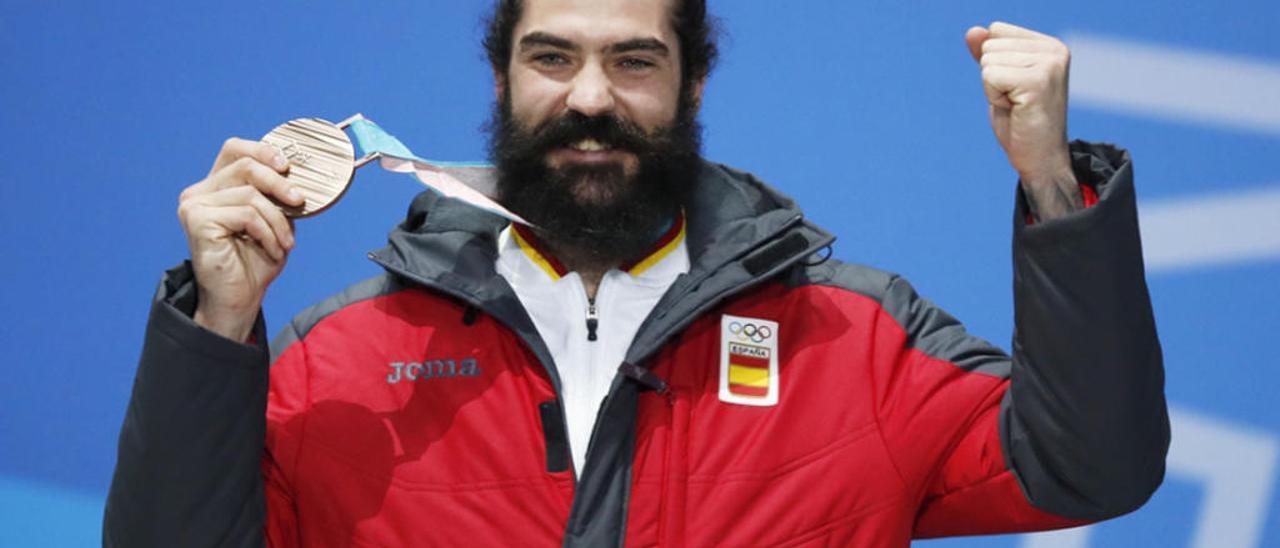 Regino Hernández con su medalla en PyeongChang.