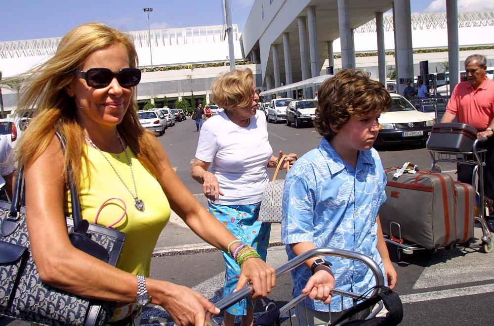 Álex Lequio llegando a Palma con su madre y su abuela.
