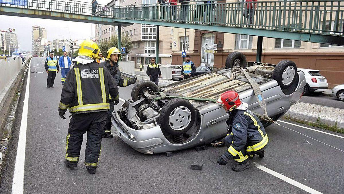Policías locales y bomberos, en un accidente cuyo conductor dio positivo en alcohol.
