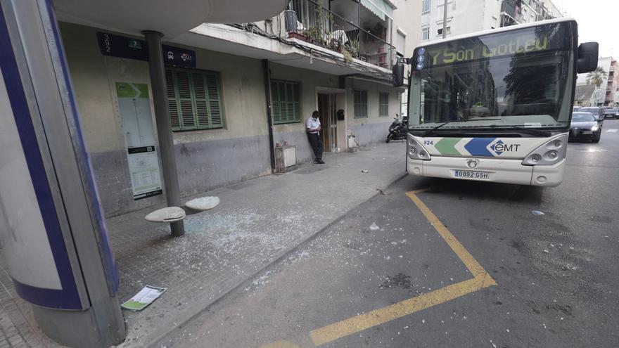 Tres niños heridos al reventar el cristal de una marquesina de la EMT en Palma
