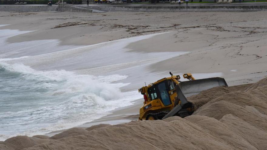 Las máquinas instalan ya la duna de Riazor para minimizar el impacto de los temporales