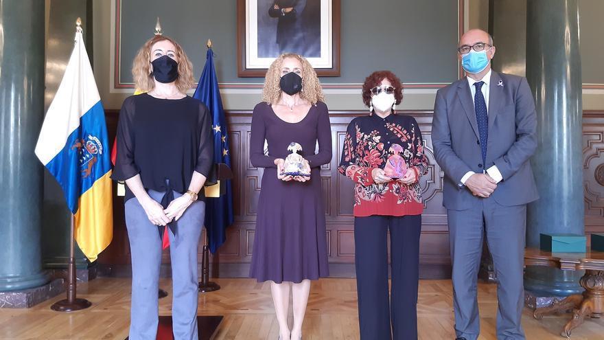 Delegación reconoce el trabajo por la igualdad de María del Pino de la Nuez y Julieta Martín en la entrega de la Menina