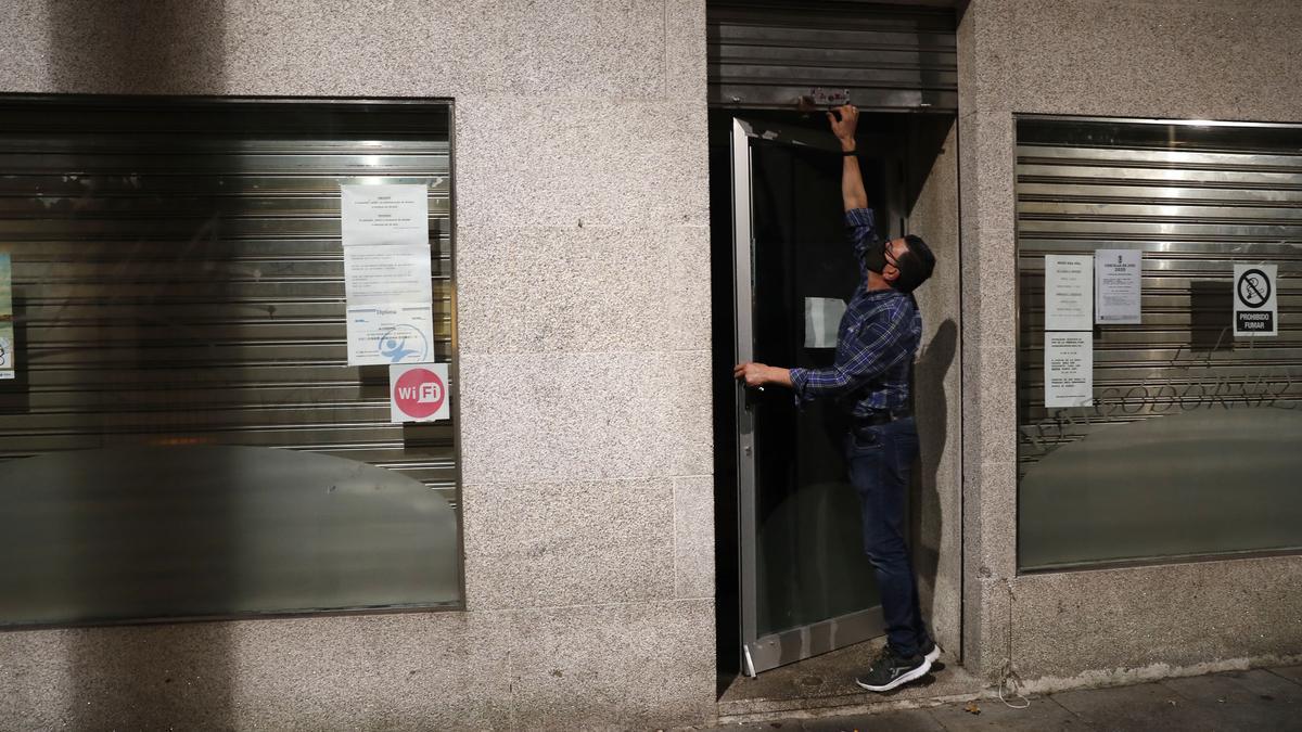 Cierre de un bar en Vigo antes de la entrada en vigor de las nuevas medidas.