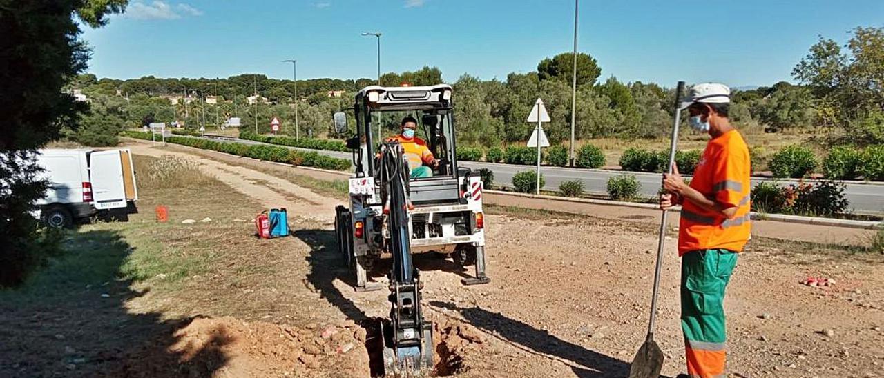 Trabajos para cerrar un camino en Paterna.   A.P.
