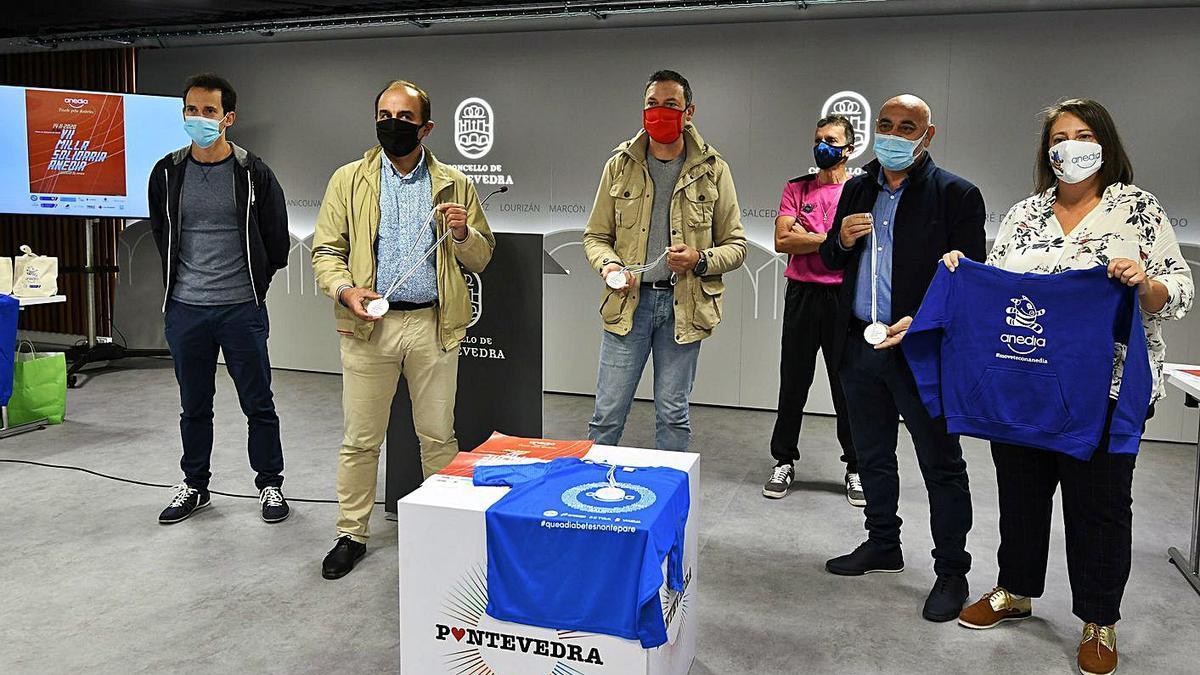Presentación de la Milla Solidaria de Anedia, ayer, en el Concello de Pontevedra. |  // GUSTAVO SANTOS