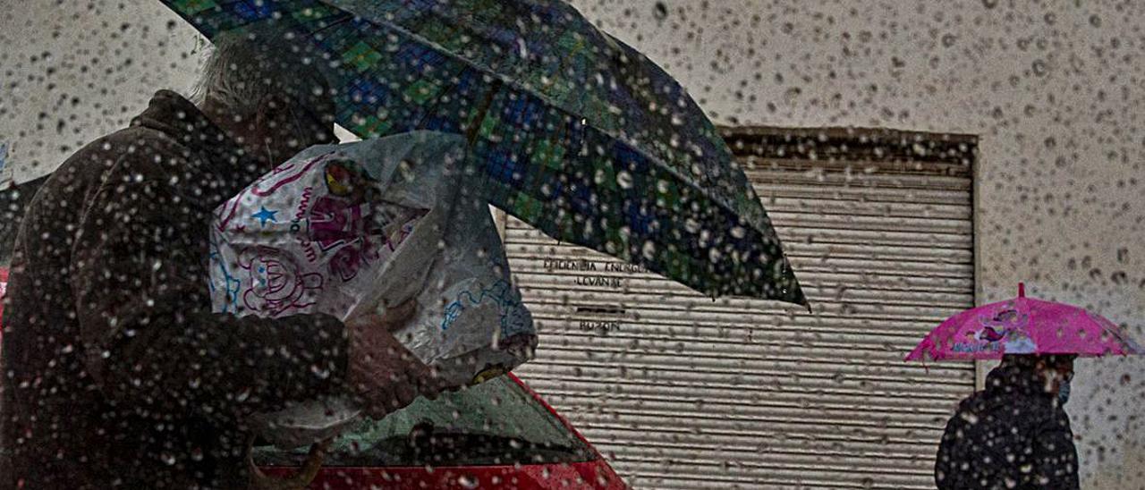 La lluvia fue persistente en toda la provincia de Alicante durante el mes de abril, dando lugar a imágenes insólitas como una nube cinturón cruzando el Valle de Elda.   RAFA ARJONES/ METEOVINALOPÓ