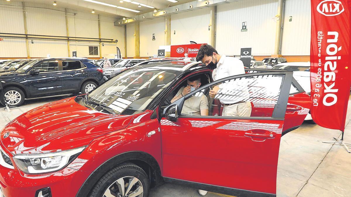 Un cliente mira un coche en la feria Stock Car celebrada el pasado mes de mayo en la Feria de Zaragoza