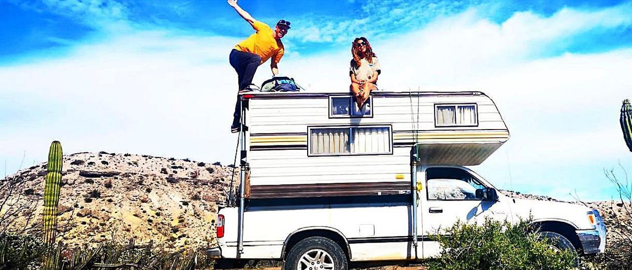 """Gloria Pidal y de su novio en la vida nómada en una """"camper"""" en la costa de México."""