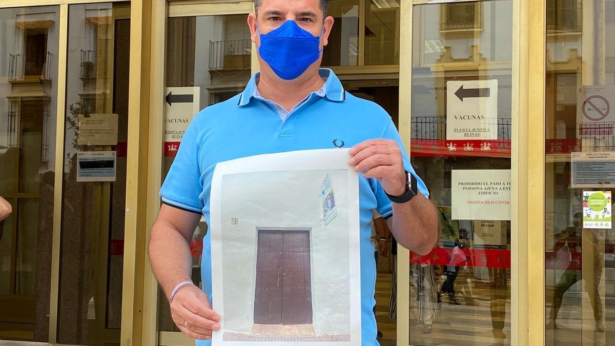 El portavoz de IU, Pedro García, muestra una imagen de Trueque 4 cerrado.