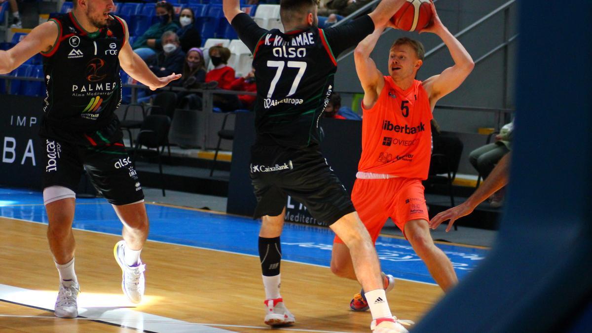 Kullamäe defiende a Micah Marquis Speight en el partido.