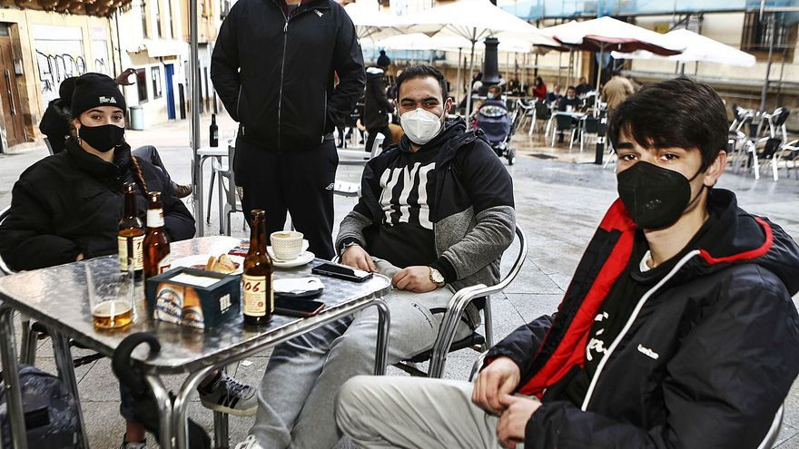 """El Oviedo cercado se refugia en las terrazas: """"Intentamos sobrevivir"""""""