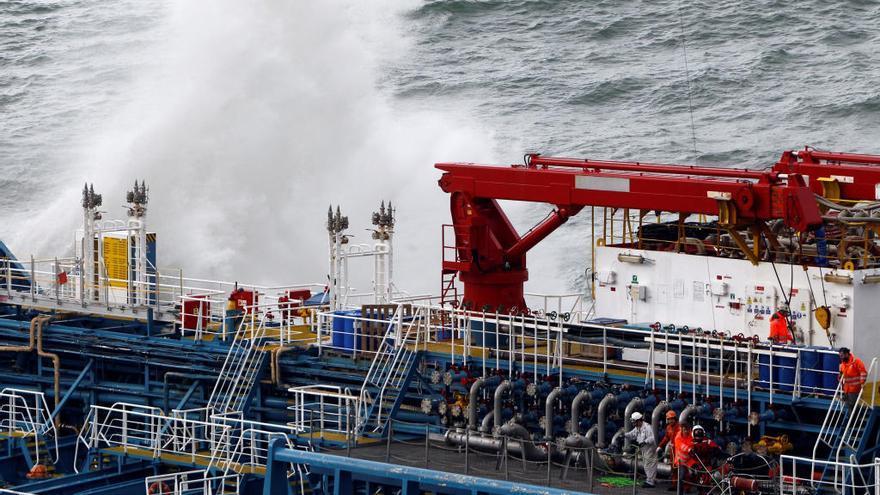 """Evacuan a la tripulación del """"Blue Star"""" debido al temporal en la costa gallega"""