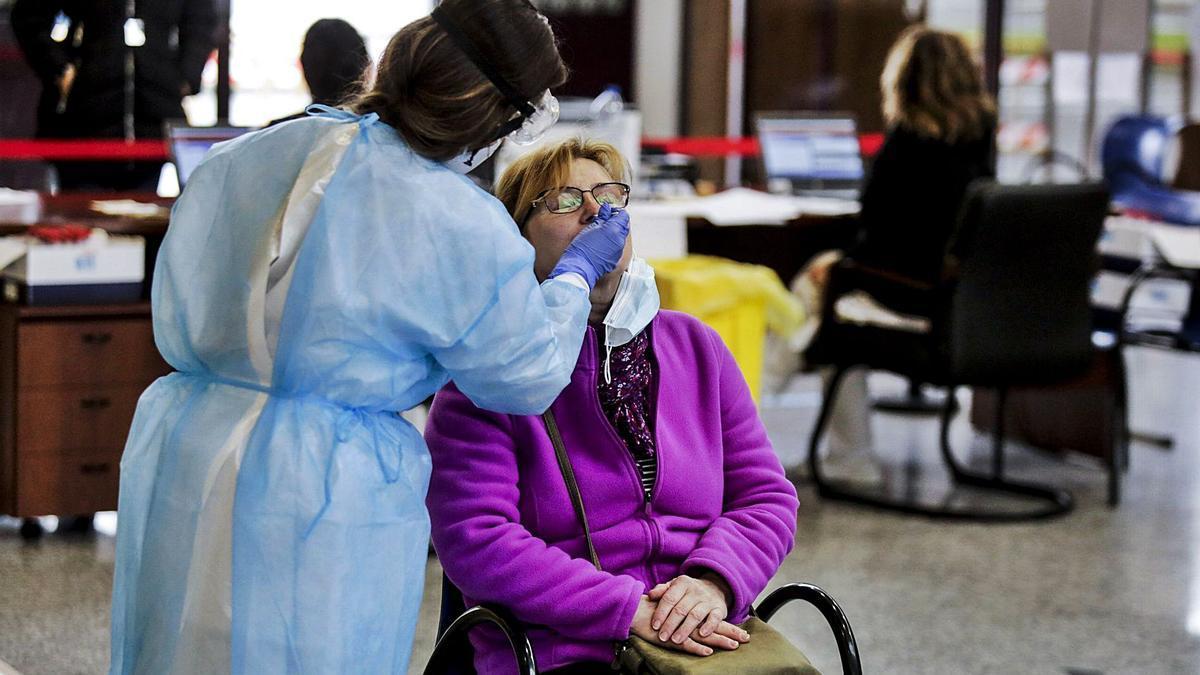 Purificación Lagares, ayer, sometiéndose a la prueba en el punto habilitado en la estación de autobuses. | Julián Rus