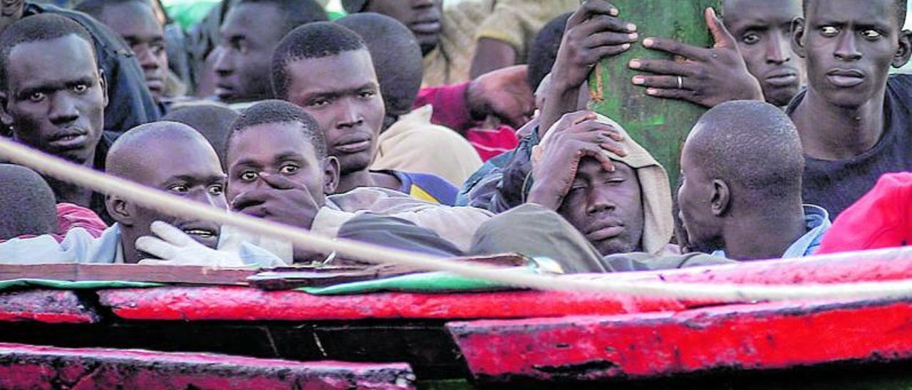 Imágenes de la llegada de cayucos y la atención a los migrantes en aguas durante la llamada 'crisis de los cayucos' iniciada hace 15 años. | dèsirée hernández/arturo rodríguez