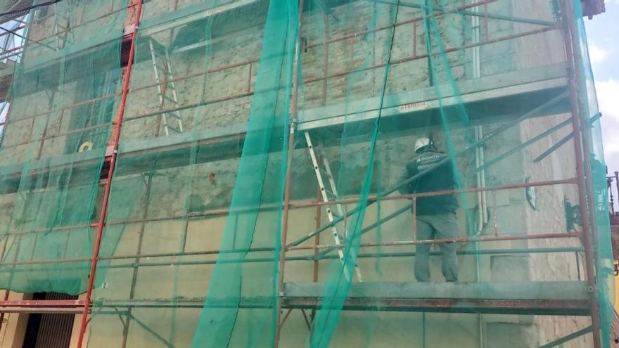 Comença la rehabilitació de la façana nord de la Casa de la Vila de Breda