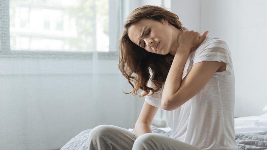 Estas son las razones por las que te duele la espalda al levantarte por la mañana
