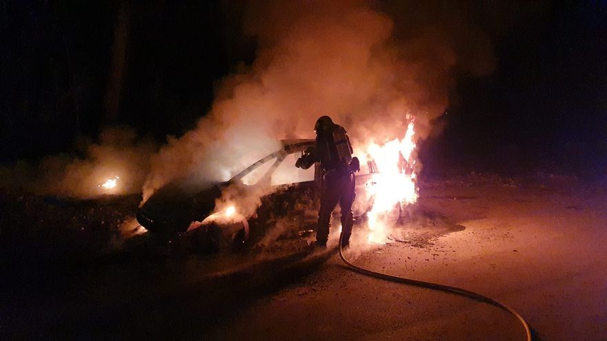 Un incendio calcina un vehículo en Orihuela Costa y los bomberos evitan que se extienda a la pinada de Campoamor