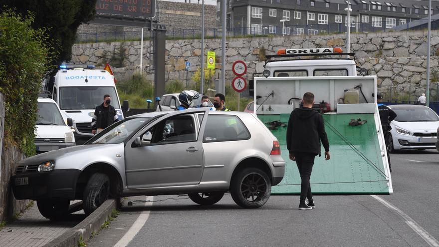 Un automóvil atraviesa tres carriles y choca contra un muro en el Barrio de las Flores