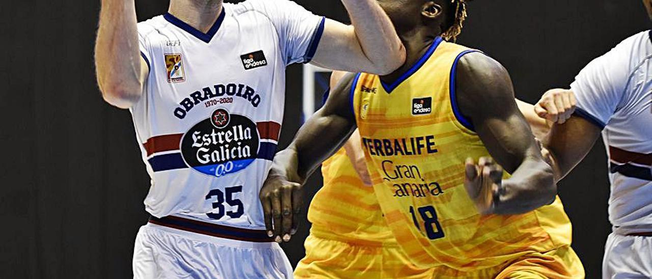 Khalifa Diop defiende a un jugador del Obradoiro, el pasado domingo.     ACB PHOTO
