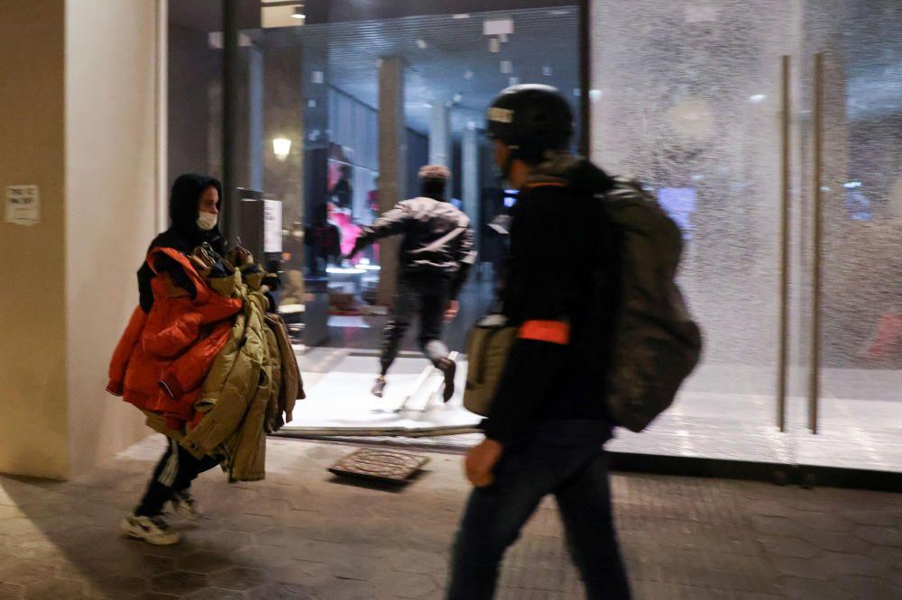 Disturbios y saqueos en las protestas por Pablo Hasél en Barcelona.